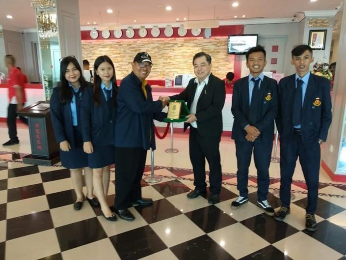 Pemberian Plakat. Mewakili Direktur APP Darma Agung Medan, Pemberian Plakat kepada Mr. Lim, GM Red Rock Hotel Penang Malaysia.