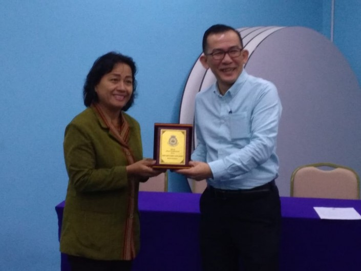 Penyerahan Plakat sebagai simbol Kerjasama Antara Akademi Pariwisata dan Perhotelan Darma Agung Medan dengan Hotel Temasek Malacca, Malaysia yang diserahkan langsung oleh Direktur App Darma Agung